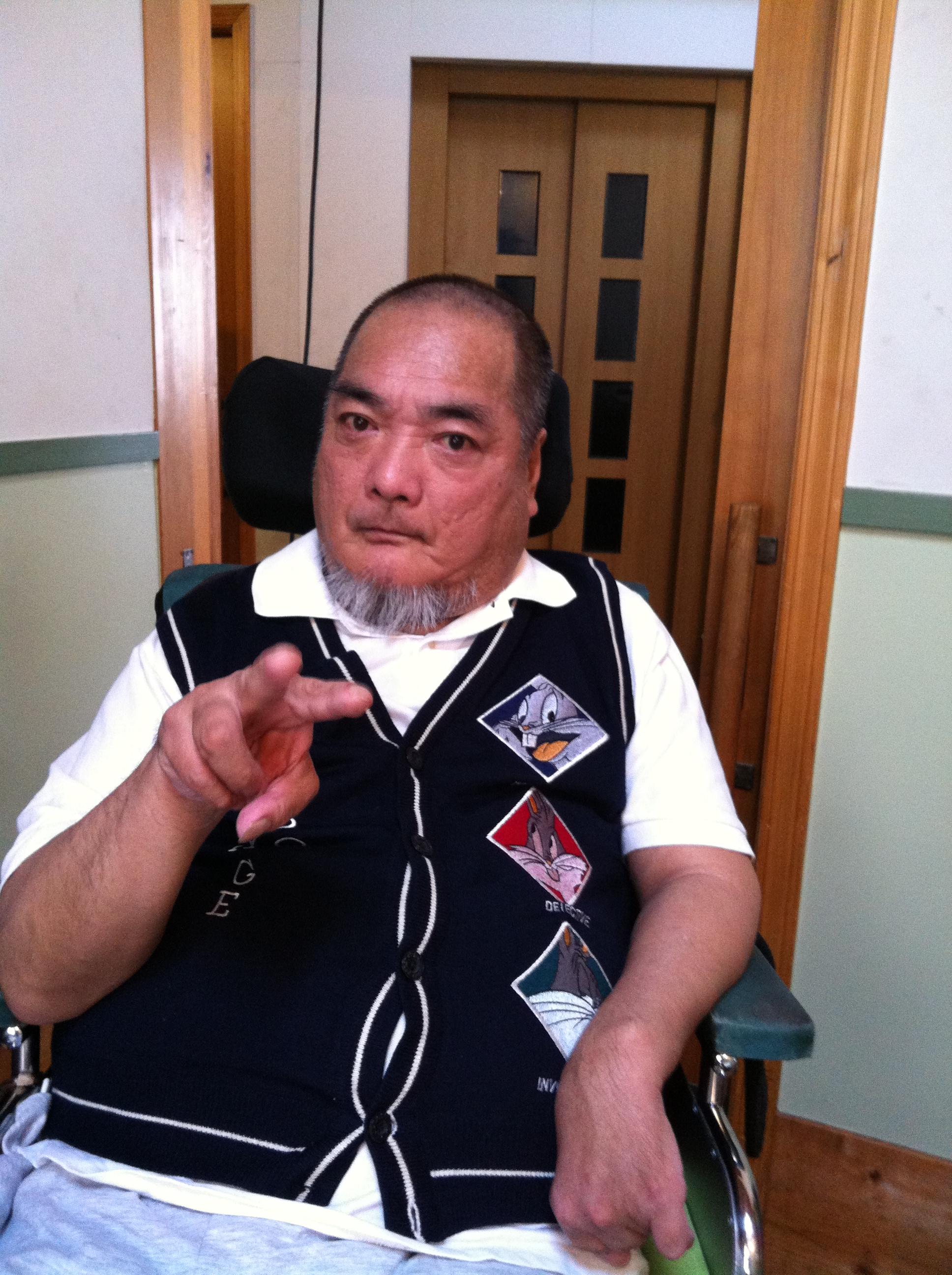 福永代表の写真。右手でピースサイン。こわい顔にならないようにつとめている。(2012年5月17日撮影)